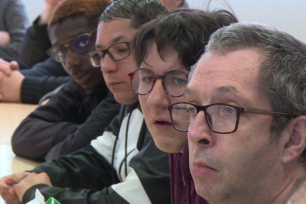 A Sérénac, dans le Tarn, les personnels du foyer ASEI proposent aux résidents une formation sur les élections municipales. Pour la première fois de leur vie pour la plupart, ces personnes souffrant d'un handicap mental, placées sous tutelle ou curatelle, ont en effet le droit de vote inconditionnel.