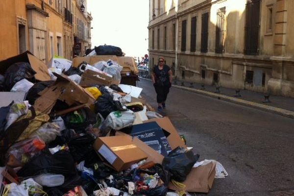 Les poubelles débordent dans le 2e arrondissement de Marseille, à l'angle de la rue de l'Evêché et de la rue Four du chapitre.