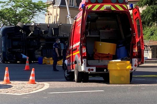 Montée de Choulans (Lyon 5e), le camion s'est renversé et a tué un piéton. Il gisait encore sur le côté ce mercredi matin( 16/6/21) à 9h
