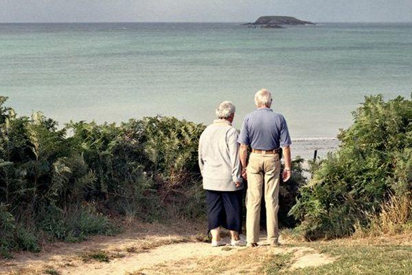 Un couple de retraités à Saint-Jacut-de-la-Mer. Des retraités qui sont de plus en plus nombreux sur le littoral breton.