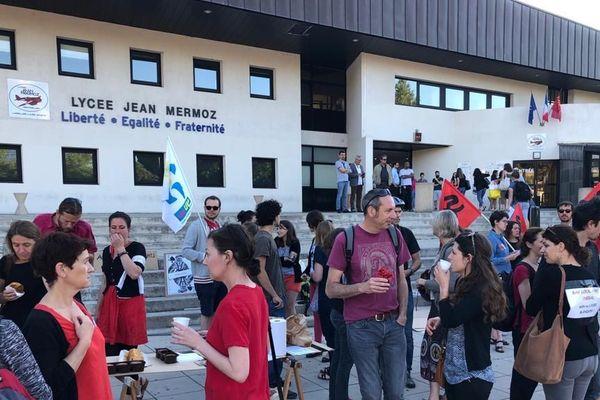 """Des enseignants opposés à la réforme du Bac ont offert café et gâteaux aux lycéens ce lundi matin devant le Lycée Mermoz de Montpellier. Une manière de leur souhaiter """"bonne réussite"""" malgré ce mouvement de grève, synonyme de stress pour nombre de candidats."""