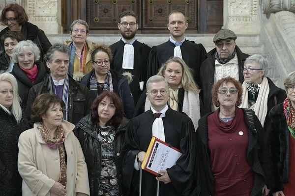 Lyon, le 7 janvier 2020 : lors du procès en appel, quelques plaignants entourent leur avocat Me Christophe Leguevaques avant le début de l'audience.