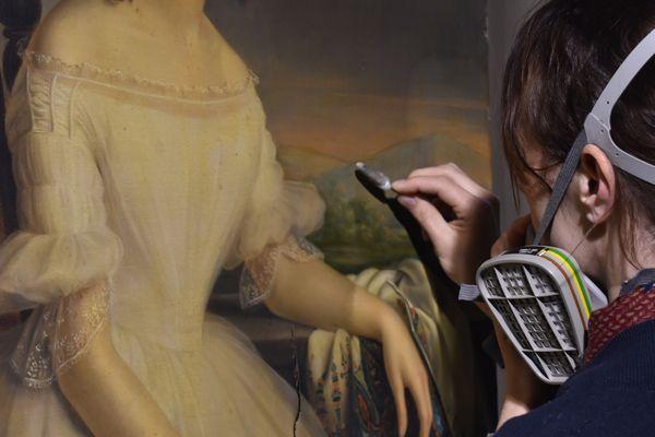 Aurélie Briot doit régulièrement placer son masque à gaz, car elle utilise des produits chimiques, qui permettent de restaurer les tableaux.