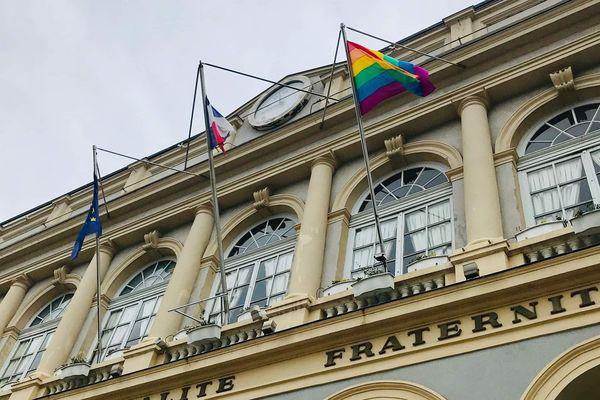 Le drapeau arc-en-ciel symbole des LGBT flotte au fronton de la mairie de Saint-Etienne