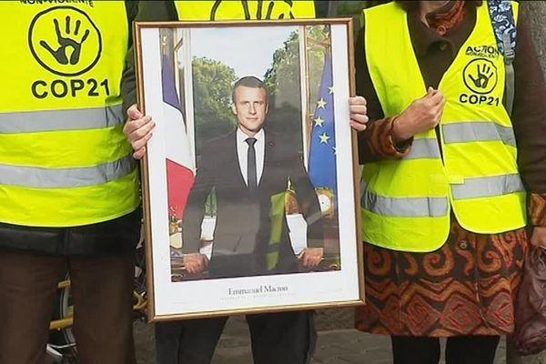 Le portrait du président Emmanuel Macron dérobé mercredi 3 avril 2019, à la mairie de Poisat.