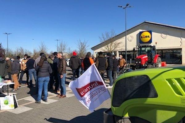 Une quarantaine de viticulteurs étaient mobilisés ce samedi matin devant le supermarché de Libourne. Leur prochaine action visera le négociant qui a fourni l'enseigne pour cette promotion.