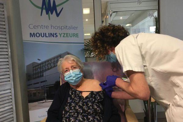 A 96 ans, ce mercredi 6 janvier, Antoinette Bardet est la première résidente de l'Allier a recevoir le vaccin contre le COVID 19.