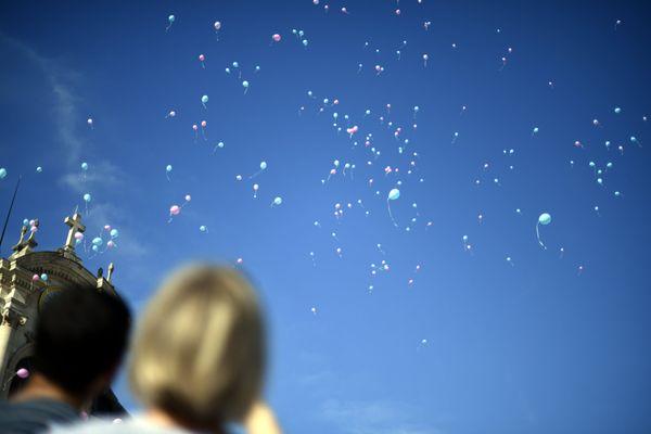 Lecture de poèmes et lâcher de ballons sont prévus lors de la commémoration (image d'illustration).