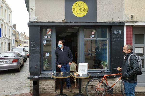Tony Moreno, patron du Cafe Del Medio, mercredi 17 mars, fait de la vente de café à emporter.