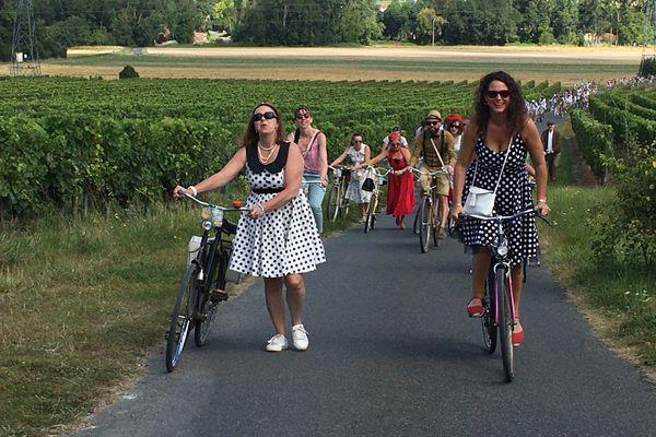 Anjou Vélo Vintage 2021, une foule nombreuse autant que joyeuse par les vignoble des environs de Saumur