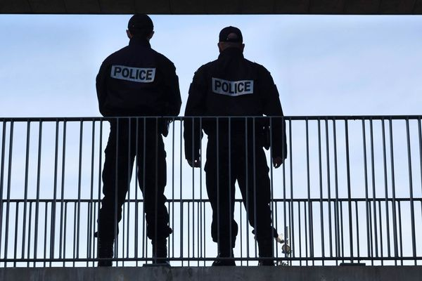 Deux fonctionnaires de police en surveillance depuis une passerelle - Photo d'illustration