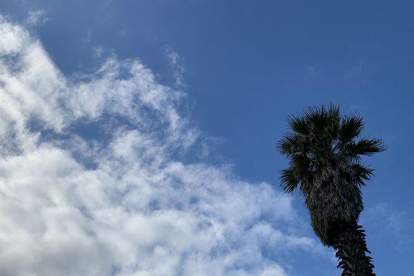 Un peu de nuages mais un ciel bleu...