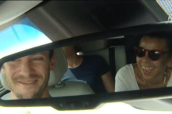 Nicolas, au volant, partage quelques éclats de rire avec la chanteuse Lillian Boutté