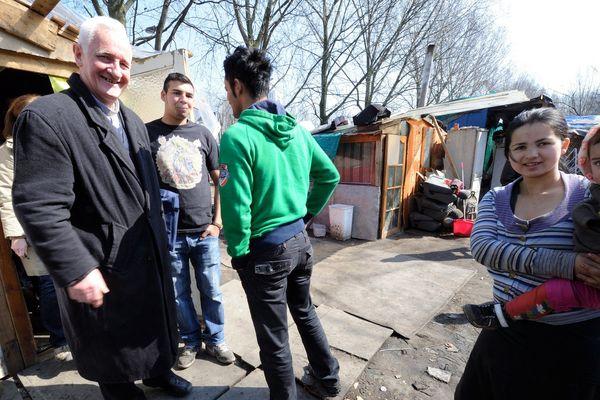 Le père Arthur Hervet dans l'un des camps Rom de Lille, en 2013