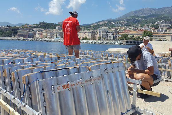 Les préparatifs du feu d'artifice du 14 juillet à Bastia.
