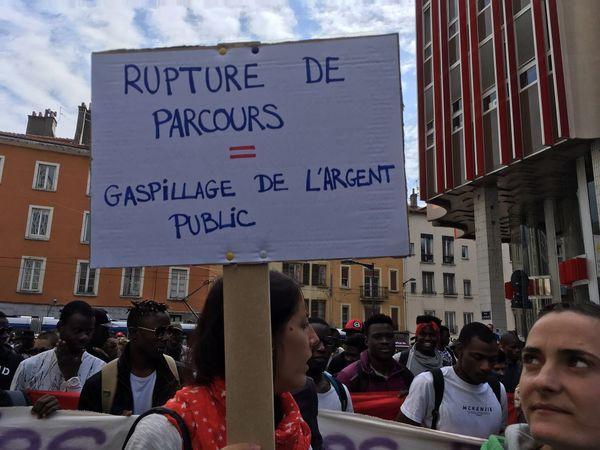 """Les membres du collectif """"Migrants en Isère"""" demandent notamment un hébergement pour tous et une embauche facilitée."""