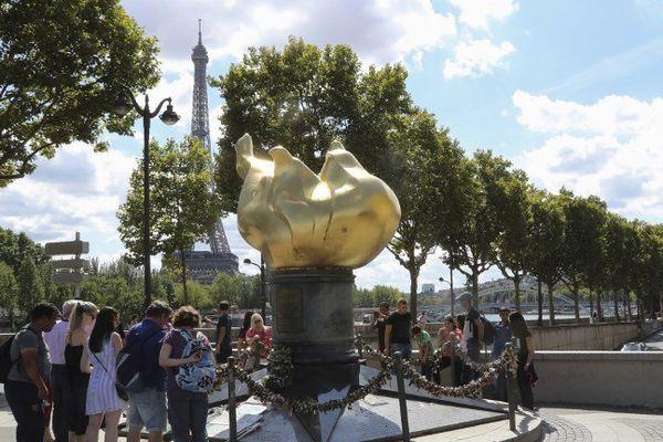 La Flamme de la liberté, devenue un lieu dédié à la mémoire de Lady Diana.