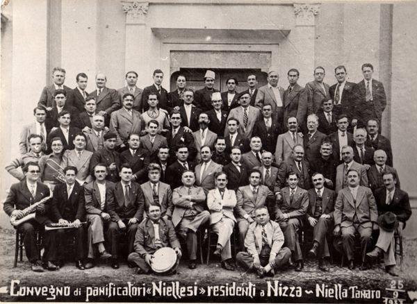 En 1933, les boulangers installés sur la Côte d'Azur posent pour le photographe dans leur village natal de Niella