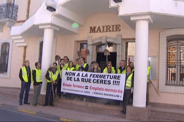 Manfestation devant la mairie des commerçants de Claira, le 28 mars 2014.