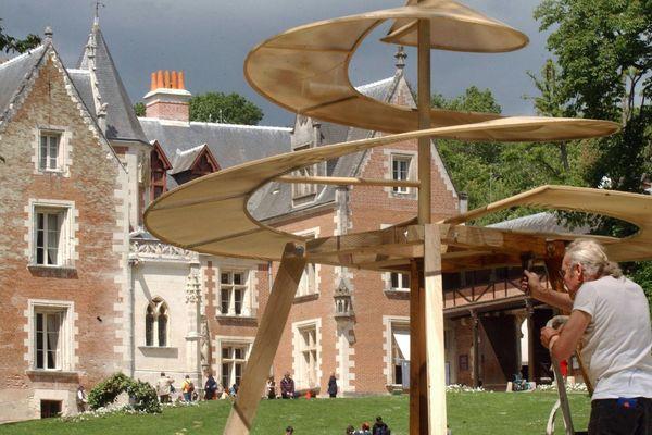 Devant le château du Clos-Lucé, une maquette de l'hélicoptère de Léonard de Vinci (2003).