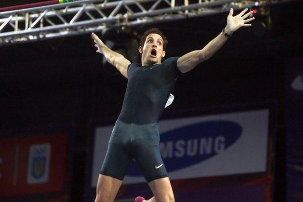 Le 15 février 2014, Renaud Lavillenie établissait un nouveau record du monde de saut à la perche à 6,16 mètres. A Donetsk, en Ukraine, il effaçait des tablettes un record alors détenu depuis 21 ans par Sergueï Bubka.