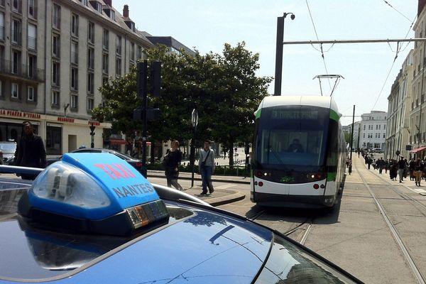 Les taxis bloquent les trams nantais à hauteur de Commerce