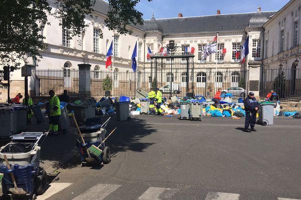Grand nettoyage à la mi-journée aprés l'action des éboueurs devant la mairie de Nantes, le 20 avril 2017
