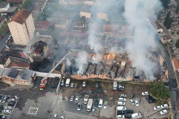 Millau (Aveyron) - les pompiers sur site après l'incendie et le bâtiment ravagé par les flammes - 7 juin 2021.