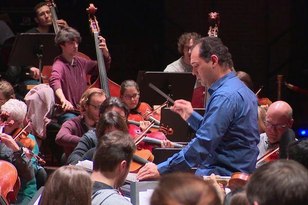 Tugan Sokhiev dirige l'Orchestre national du capitole, à Toulouse, le 13 décembre 2019.