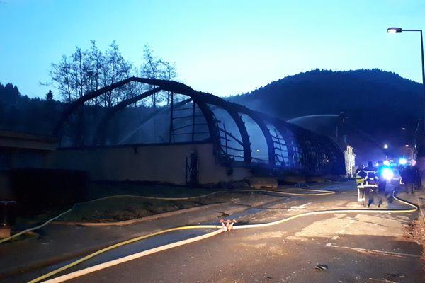 Une salle de tennis couverte de Thann, intégralement détruite par le feu.