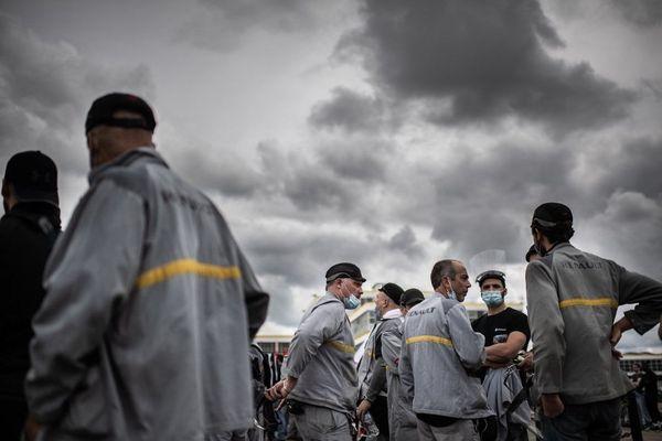 Des salariés de Renault devant l'usine de Flins dans les Yvelines.