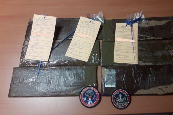 La cocaïne était cachée sous des vêtements, sous la forme de plaques cartonnées. / © Direction régionale des douanes