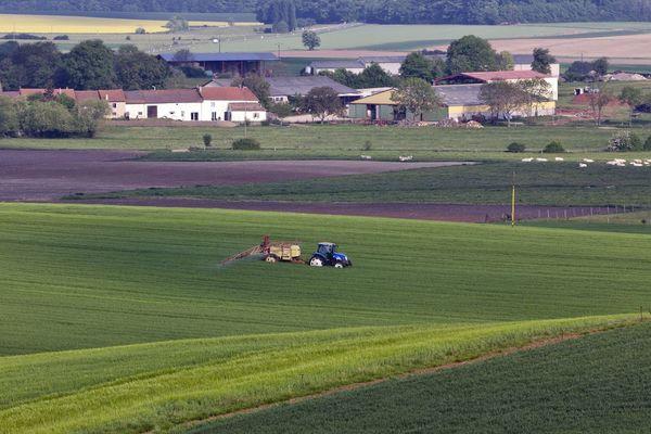 La distance minimale entre les habitations et les épandages de pesticides est le principal point de crispation.