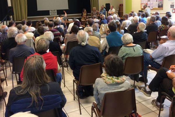 """Près de 150 personnes ont assisté à la première réunion publique de la nouvelle association """"NDDL, poursuivre ensemble""""."""