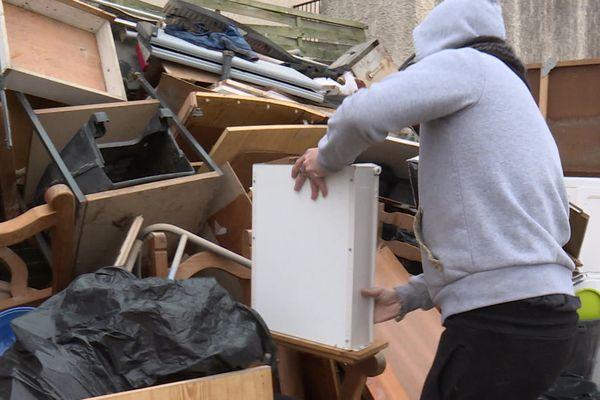 Sébastien a jeté tout le mobilier et l'électroménager de sa cuisine et de son salon. Il attend la collecte des encombrants.