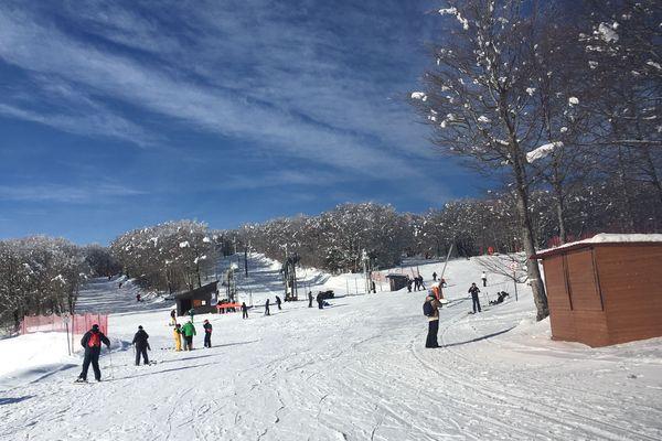 Les premiers skieurs ont descendu les pistes sous un beau ciel bleu.
