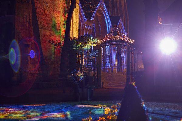 le portail nord de la cathédrale vu depuis le musée des Beaux-Arts. Scénographie : Spectaculaires, Allumeurs d'images.