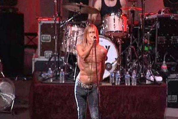 Iggy Pop : plus de veste au bout de quelques secondes de concert...