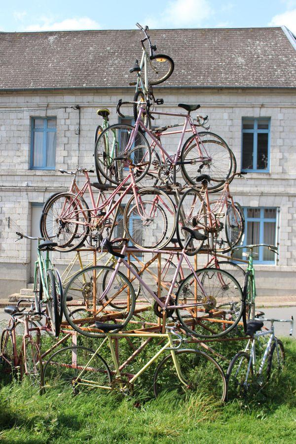 La Sculpture de vélos devant l'abbaye, un hommage fait à François Faber lors du passage du Tour de France de 2015.