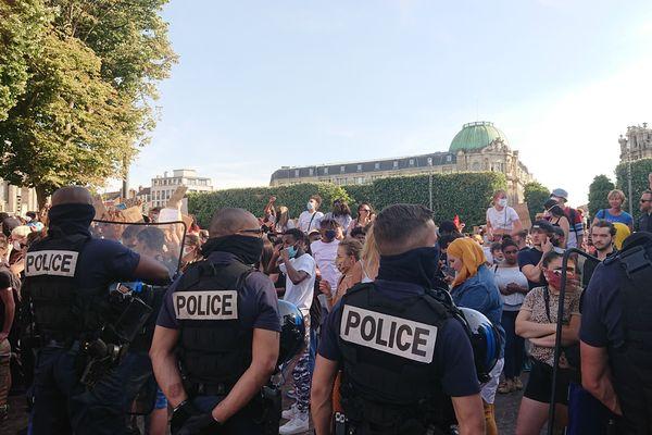 Les policiers ont à deux reprises, en signe d'apaisement, laissé les manifestants passer.