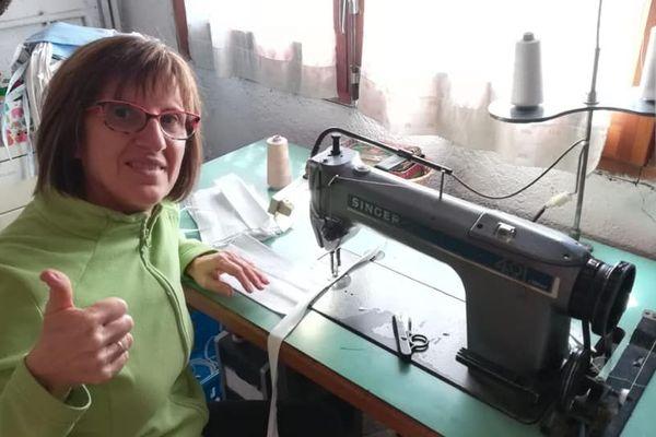 Tarragonne, une des couturières bénévoles de l'Association + Tú confectionne des masques.