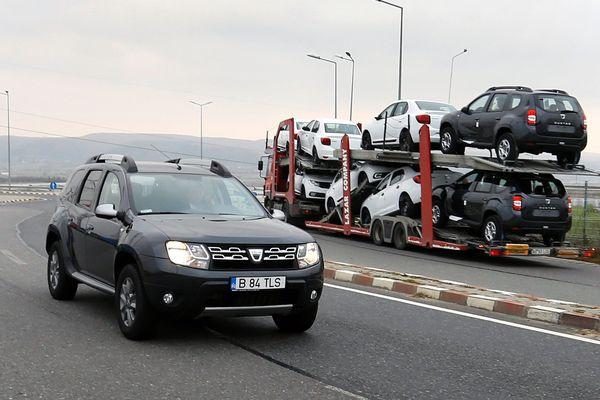 Une Dacia Duster sort de l'usine en Roumanie