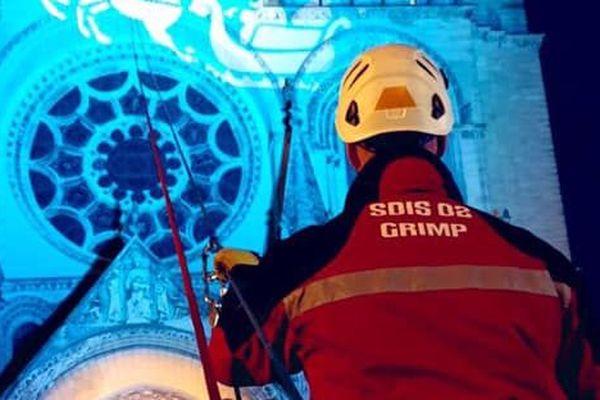 Sept sapeurs-pompiers du GRIMP ont escaladé la cathédrale de Laon pour assurer la sécurité du Père Noël