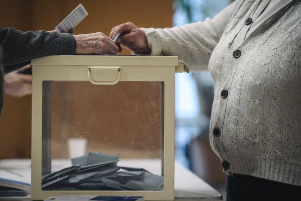 Un électeur dans un bureau de vote à Trappes en 2019