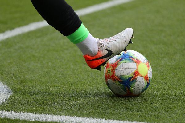 Le football, comme tous les sports collectifs, connaît un coup d'arrêt inédit dans le monde entier, en raison de l'épidémie de coronavirus.