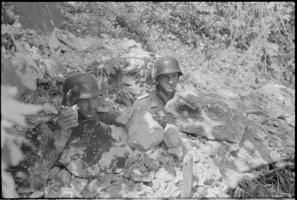 Les Allemands s'enterrent pour résister aux chars.