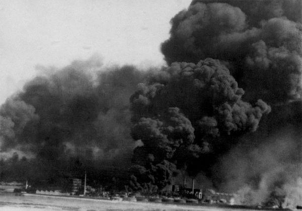 La raffinerie et les dépôts de carburant en flammes à Dunkerque en mai 1940.