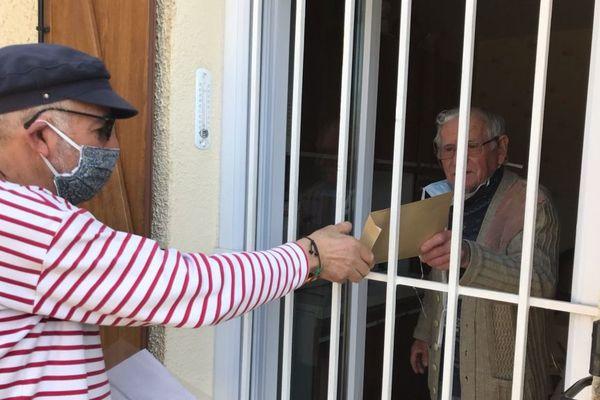 Un agent du CCAS de Béziers recueille les listes de courses des personnes agées confinées