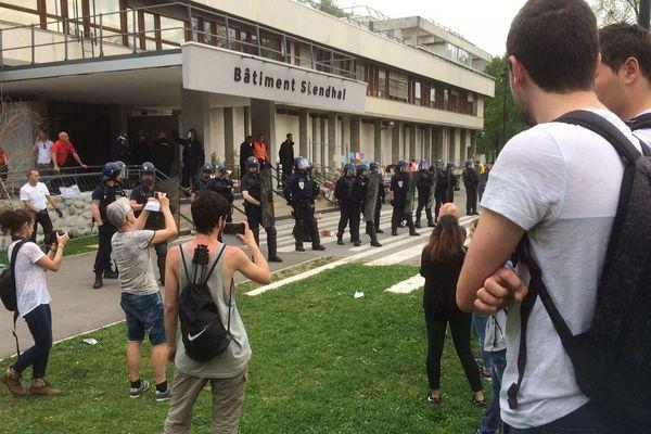 Les blocages se multiplient depuis plusieurs semaines sur le campus de Grenoble. Ici, le blocage fin avril du bâtiment Stendhal.
