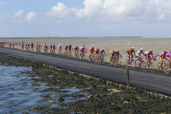 Le peloton du Tour de France sur le passage du Gois en 1999